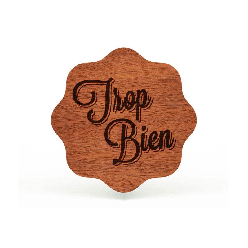 badges en bois gravé